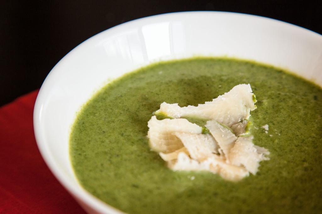 Špenátová polévka s parmezánem.