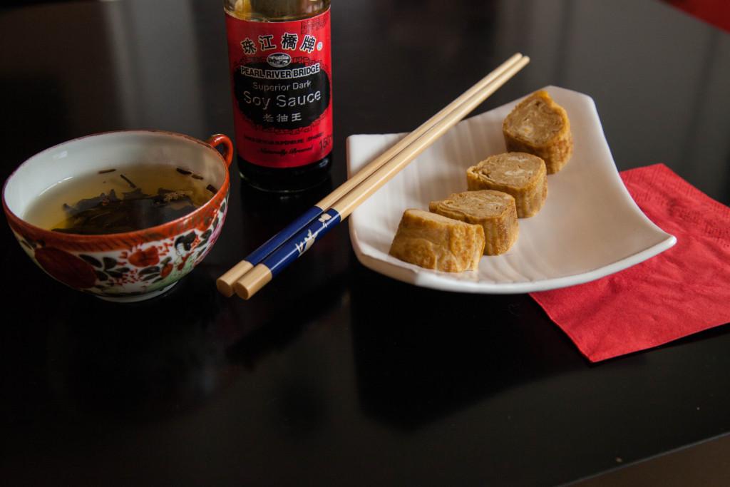 Tamagoyaki = sladká japonská rolovaná omeleta.