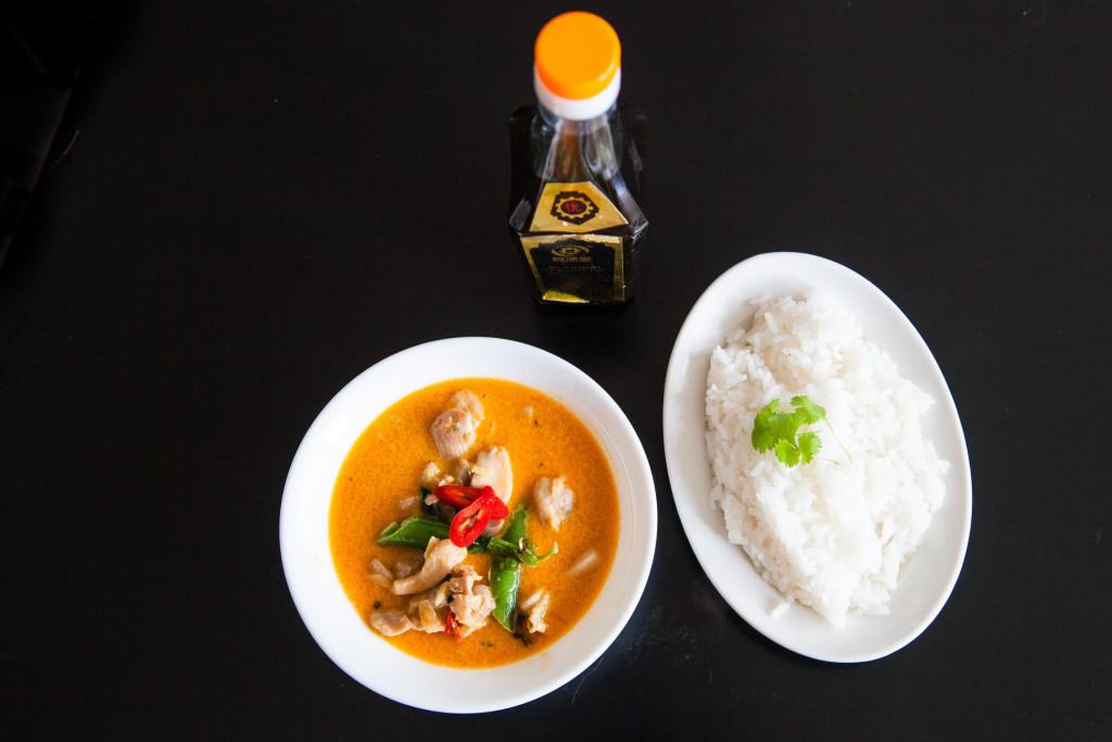 Červené kari s kuřetem a hráškem. Thajská kuchyně á la Lanýž.
