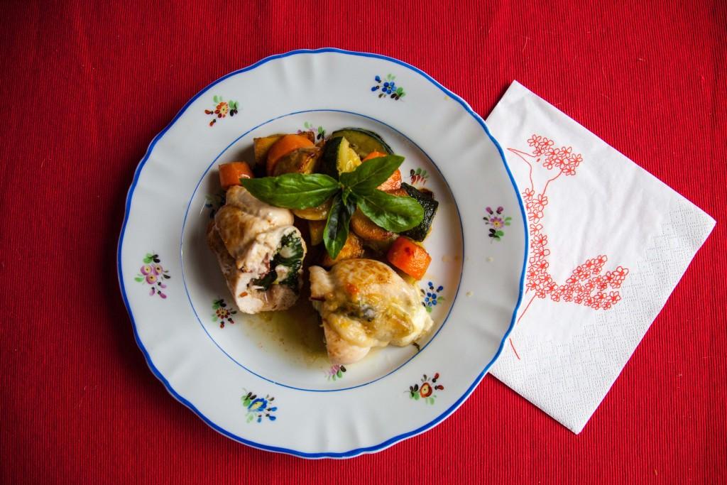 Kuřecí roládka s bazalkou a mozzarellou, jako příloha zeleninka na másle.