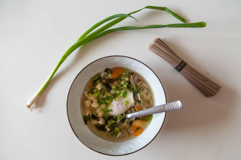 Miso polévka s pohankovými soba nudlemi a vejcem