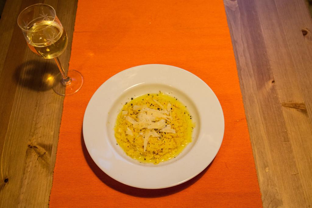 Vzhledem i chutí sympatické žluťoučké risotto alla Milanese. Amore na první pohled.